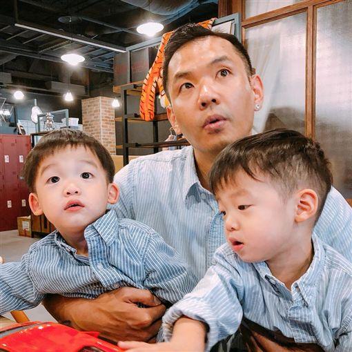 黑人要讓雙胞胎兒子飛飛跟翔翔知道爺爺很強壯。(圖/翻攝自陳建州臉書)