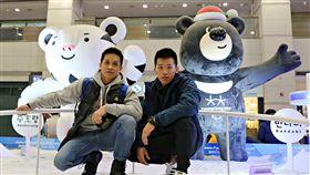 ▲體操健將李智凱(右)與教練林育信抵達韓國。(圖/翻攝自李智凱臉書)