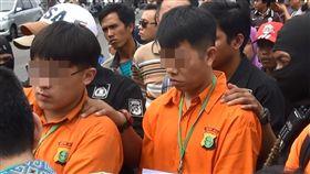 台毒販印尼落網 重回犯罪現場印尼警方日前押解涉嫌走私1公噸安非他命至印尼的台灣嫌犯重建犯罪現場。左邊橘衣者為台籍嫌犯陳威全,右邊橘衣者為台籍嫌犯徐勇立。中央社記者周永捷雅加達攝 106年12月16日