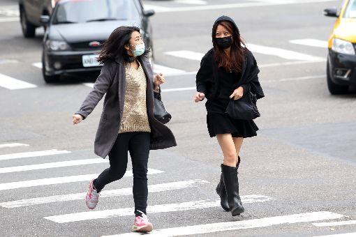 台北冷颼颼(2)寒流持續影響,中央氣象局預報員劉沛藤表示,11日全台乾冷,清晨淡水出現攝氏7.5度低溫,台北則是9.6度,都是該測站入冬以來的最低溫,民眾穿著厚外套外出。中央社記者吳家昇攝  107年1月11日