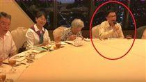 前總統陳水扁在2015年1月獲保外就醫,至今已達3年。日前在網路上流出一段阿扁與親友開心唱歌的影片,掀起不少網友質疑阿扁在「裝病」。對此,高雄長庚醫院名譽副院長、兼扁的醫療團隊成員陳順勝表示,這些活動都是醫療團替扁安排的療程,外界的辱罵讓阿扁病情惡化,因此他建議扁到國外治療,扁已接受。(圖/翻攝自YouTube《吳修文》)