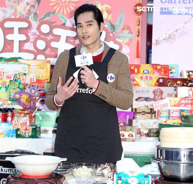 藍正龍介紹年菜親手煮酒家菜螺肉蒜。(記者邱榮吉/攝影)