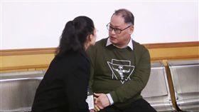 一審宣判時李明哲與李凈瑜見面,網路中國官方發布影片截圖