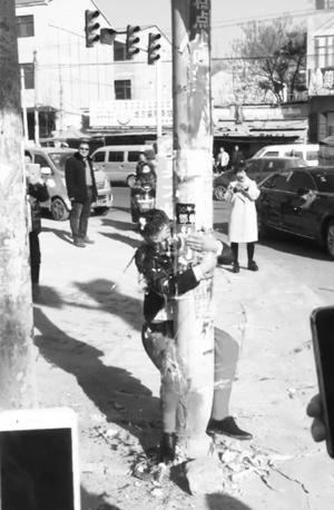鬧婚,新郎被綁在電線桿上遭砸鴨蛋(圖/翻攝自微博)