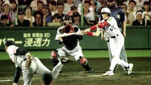 阪神虎隊新庄剛志曾將敬遠球打成再見安打(圖/翻攝自推特)
