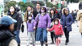 台北冷颼颼(1)寒流持續影響,中央氣象局預報員劉沛藤表示,11日全台乾冷,清晨淡水出現攝氏7.5度低溫,台北則是9.6度,都是該測站入冬以來的最低溫。中央社記者吳家昇攝  107年1月11日