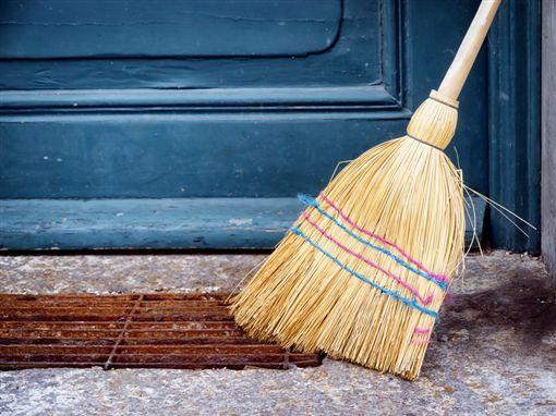 掃地。(圖/翻攝自網路)