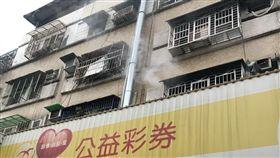 新北市三重一處民宅3樓,疑似電暖器引發火災。(圖/翻攝畫面)