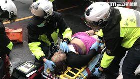 新北市三重區車路頭街的一棟5樓公寓今天清晨6點多發生火警,總共救出4男2女共6位民眾,其中一位50多歲女性救出時已無呼吸心跳,但送醫後救回。據了解,起火的3樓正是為資深藝人康龍的住家,而送醫的6位民眾中,包含康龍的妻子與其媳婦、大孫、小孫均遭到火舌、濃煙波及,目前送醫急救中。