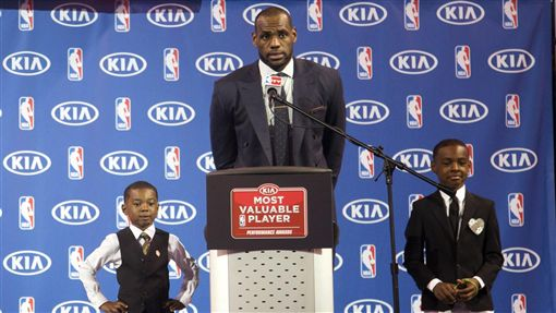 LeBron James和他的兩個兒子(ap)