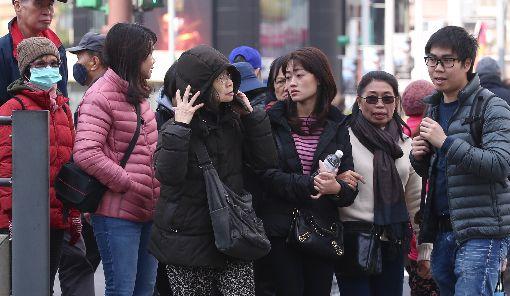 寒流報到  全台冷颼颼(2)中央氣象局表示,12日受寒流及輻射冷卻效應影響,全台都冷,白天雖然陽光露臉,但是冷空氣威力仍強;清晨淡水出現攝氏6度,再度刷新入冬以來新低溫。走在台北街頭的民眾大都穿上羽絨外套抗寒。中央社記者吳翊寧攝  107年1月12日