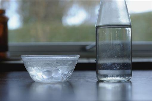 碗,水,玻璃瓶,玻璃碗,喝水 示意圖/翻攝自Pixabay