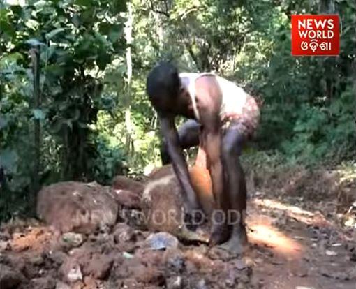 印度暖爸心疼兒女上學得橫跨5座小山,自己花了2年時間開闢山路小徑。(圖/翻攝News World Odisha YouTube)