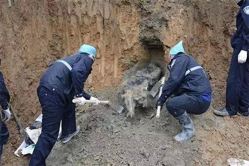 男子失蹤兩年,大批警方挖了半座山將屍體找出。(圖/翻攝澎湃之音微博)
