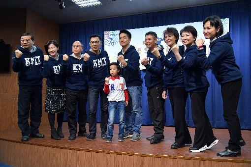 國民黨潮T發表會國民黨12日在中央黨部舉行「KMT潮T發表會」,國民黨立委一字排開,圖中為立委蔣萬安(中)和他的兒子蔣得立。中央社記者王飛華攝  107年1月12日