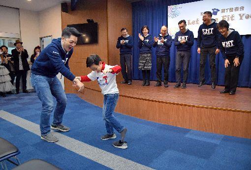 蔣萬安帶兒子出席國民黨潮T發表會(2)國民黨12日在中央黨部舉行「KMT潮T發表會」,國民黨立委蔣萬安(前左)帶兒子蔣得立(前右)一同出席,會中蔣得立的鞋子掉了,全場笑聲連連。中央社記者王飛華攝  107年1月12日