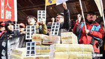 立法院召開臨時會審理勞基法,三讀通過,勞工團體於場外抗議。 圖/記者林敬旻攝