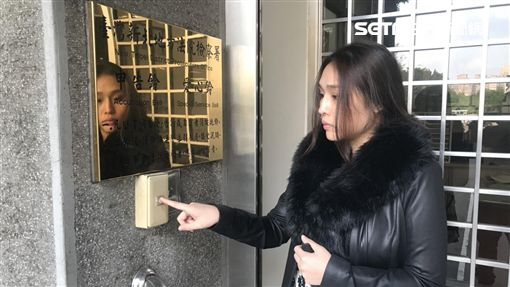 美女小提琴家李依潔前往新北地檢署按鈴申告余、郭2人妨害名譽(翻攝畫面)