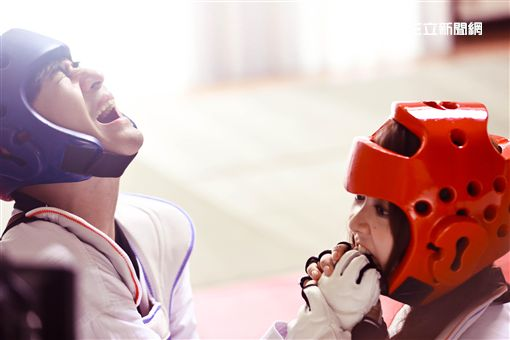 愛情喜劇《天生不對》由台灣男神仔仔周渝民、香港甜心薛凱琪、喜劇天王鄭中基主演 圖/華映提供