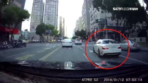 賓士男酒駕拒檢一路狂飆 連撞路人、轎車