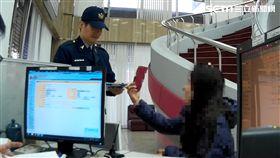 陳女在交友網站結識馬來西亞富商,對方要她寄送存摺跟提款卡,卻成了詐騙集團帳戶,以投資買房名義詐騙張女,保七總隊警員獲報後偵破此案(翻攝畫面)