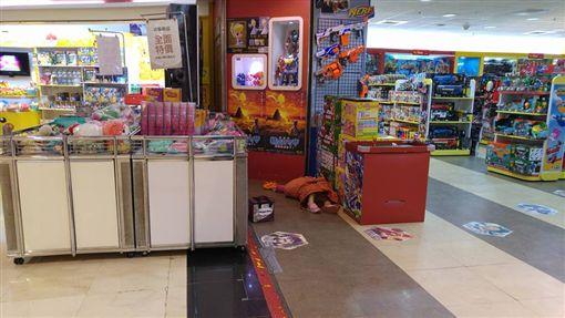 逛賣場驚見女童癱軟躺地 母竟回嗆:她只是在睡覺恐龍家長圖/翻攝自爆料公社臉書