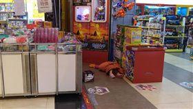 16:9 逛賣場驚見女童癱軟躺地 母竟回嗆:她只是在睡覺 恐龍家長 圖/翻攝自爆料公社臉書