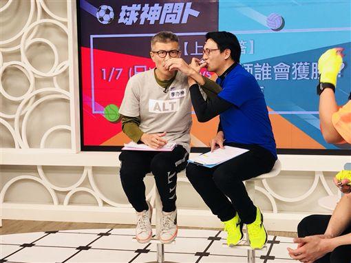 ▲李亦伸與徐展元在《球神問卜》節目賣命演出。(圖/17 TV提供)