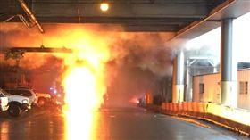 紐約紐華克機場變電箱爆炸起火(圖/翻攝自推特@PAPD911)