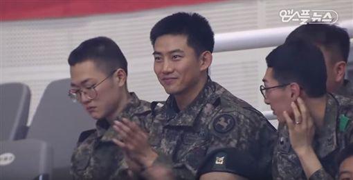 2PM,玉澤演,入伍,服兵役,球賽,觀眾席(圖/翻攝自Taecyeon Compilations YouTube)