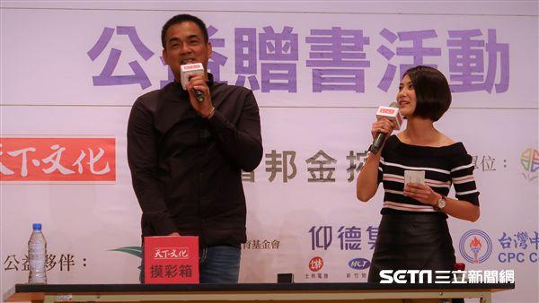 陳金鋒與粉絲互動,2度加碼簽名。(圖/記者王怡翔攝)