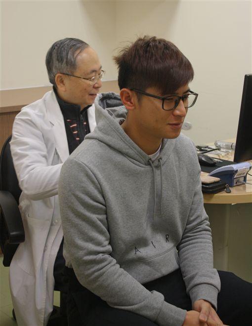醫師為陳傑憲檢查聽力。(圖/統一獅提供)