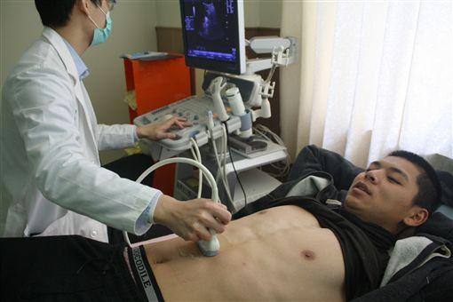 陳重羽進行超音波檢查。(圖/統一獅提供)