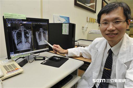 嘉義大林慈濟醫院心臟內科醫師李易達說明,新型心律調節器的電池使用年限約10至12年左右,與傳統型差不多,3C產品對新型無導線心律調節器的影響不大。(圖/嘉義大林慈濟醫院提供)
