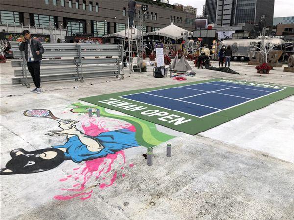 ▲迷你網球場搭配塗鴉藝術,在台北街頭讓民眾體驗網球運動。(圖/大會提供)