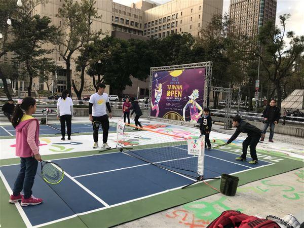 ▲迷你網球場在台北街頭讓民眾體驗網球運動。(圖/大會提供)