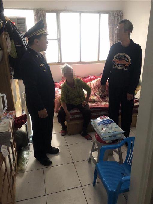 鼻酸…5坪套房擠一家5口 么弟捧麵天真喊:這是我的晚餐圖翻攝自屏東縣政府警察局內埔分局臉書