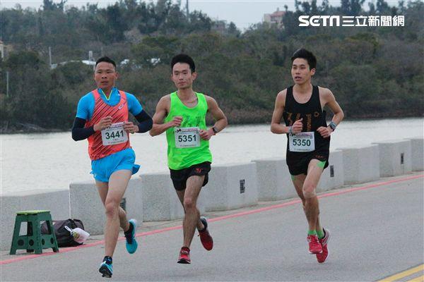▲陳秉豐(左三)首次參加金門馬拉松。(圖/記者蔡宜瑾攝影)