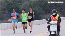▲陳秉豐(左三)拿下金門馬拉松半馬男子冠軍。(圖/記者蔡宜瑾攝影)