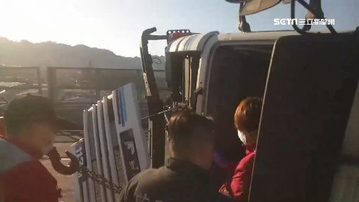 槽車下匝道突翻 車上1男1女輕傷脫困|三立新聞台