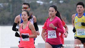 ▲游雅君(右前)拿下金門馬拉松女子半程冠軍。(圖/記者蔡宜瑾攝影)