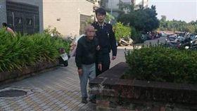 老翁騎車路倒 暖警攙扶陪伴助返家/警方提供