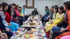 蔡總統走訪南投(1)總統蔡英文(中)13日前往南投縣,出席在地的新住民座談,聽取新住民朋友心聲與各項建議。(總統府提供)中央社記者葉素萍傳真 107年1月13日