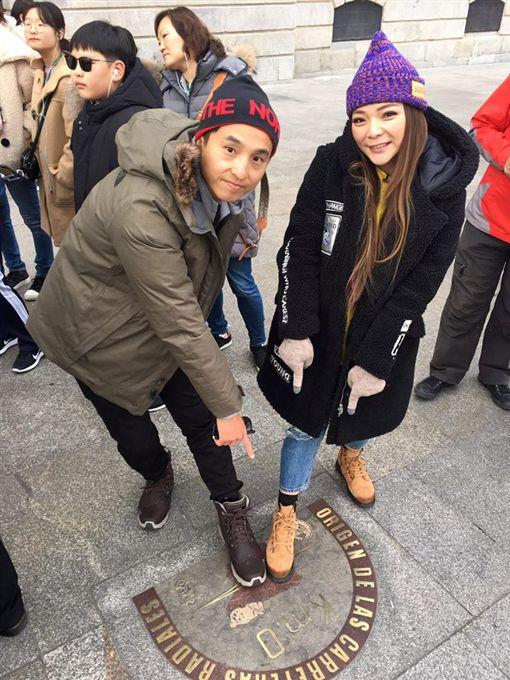小甜甜為了錄製節目《閨蜜的奇幻旅程》,和王少偉一起到西班牙出外景/翻攝自臉書