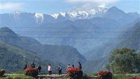 遊客為拍奇萊山雪景竟站鐵軌 圖/莊俊碩提供