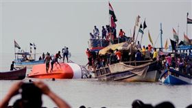 印度一艘渡船意外翻覆,造成3死5失蹤(圖/路透社/達志影像)