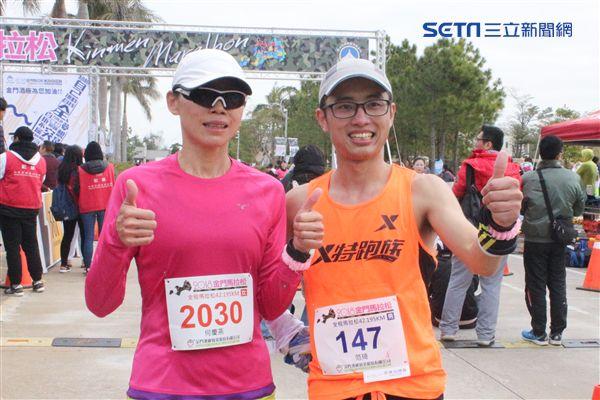 ▲何慶燕(左)賽後與跑友合影留念。(圖/記者蔡宜瑾攝影)