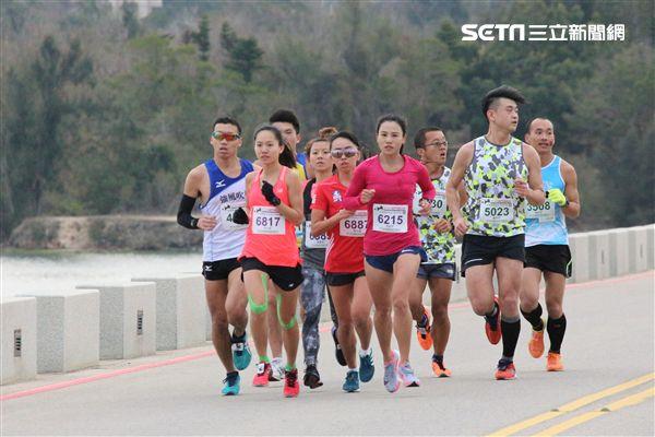 ▲張芷瑄(左二)首次參加金門馬拉松。(圖/記者蔡宜瑾攝影)