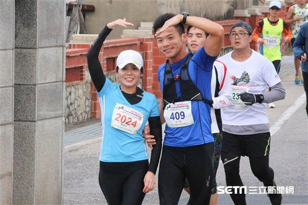 ▲攜手跑金門馬拉松的情侶。(圖/記者蔡宜瑾攝影)
