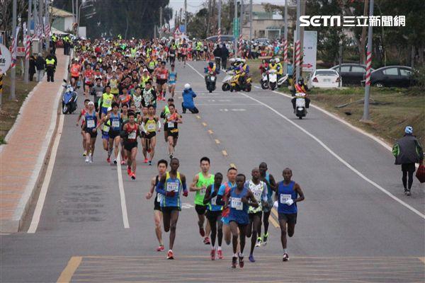 ▲超過7200名跑友參與今年的金門馬拉松。(圖/記者蔡宜瑾攝影)